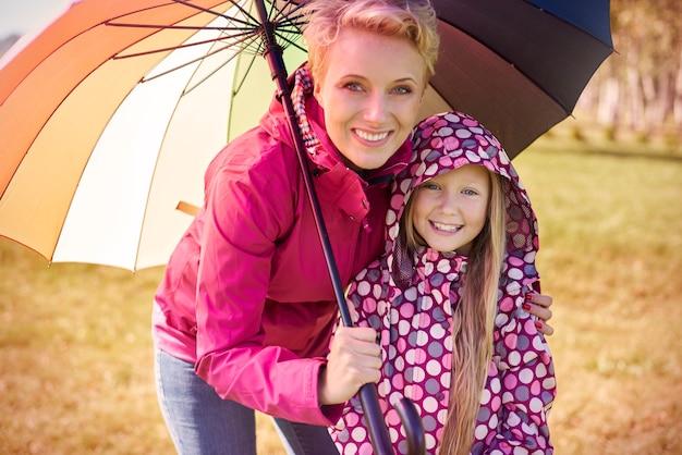 Portret van moeder en dochter tijdens de herfstwandeling