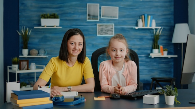 Portret van moeder en kind voorbereid op online lessen