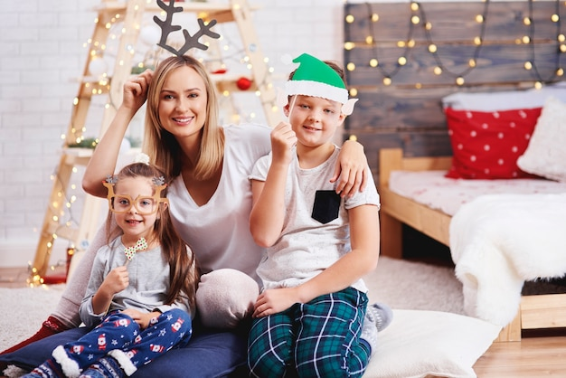 Portret van moeder en kinderen met kerstmis