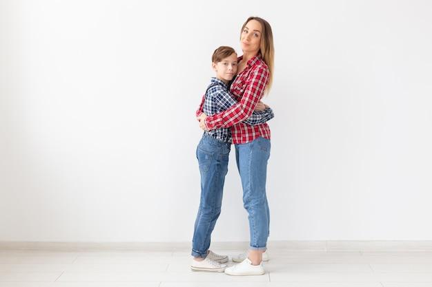 Portret van moeder en zoon gekleed in geruite overhemden