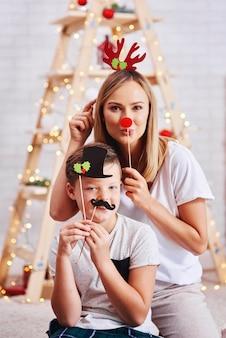 Portret van moeder en zoon met grappig masker