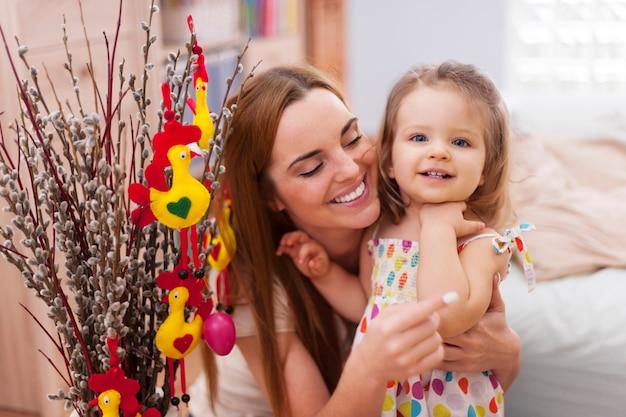 Portret van moeder met dochter in pasen-tijd