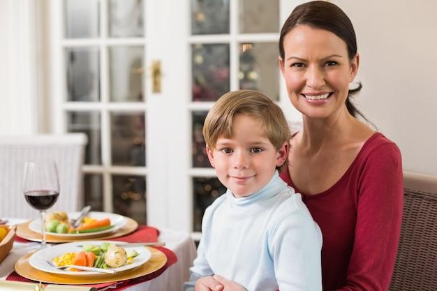Portret van moeder met haar zoon zittend op schoot