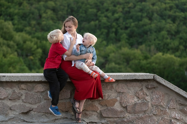 Portret van moeder met kinderen op aardoppervlak