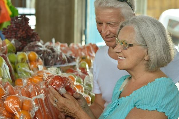 Portret van mooi bejaarde echtpaar in de markt