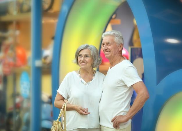 Portret van mooi bejaarde echtpaar in winkelcentrum