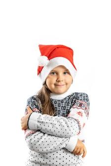 Portret van mooi bescheiden cadeau meisje in witte gebreide kersttrui met rendieren gekruiste armen...
