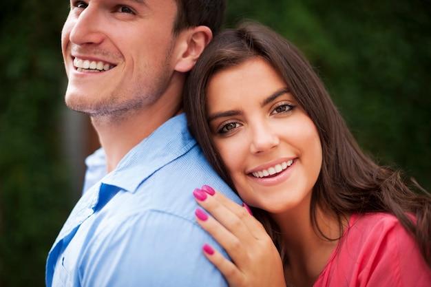 Portret van mooi en glimlachend paar