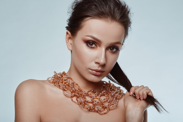 Portret van mooi, glamoureus, sensueel donkerbruin model