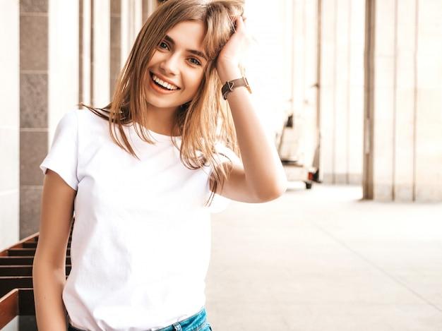 Portret van mooi glimlachend blond model gekleed in de zomer hipster kleren.