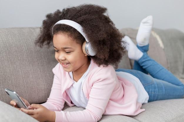 Portret van mooi jong meisje dat aan muziek luistert