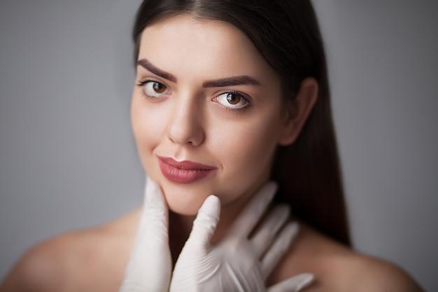 Portret van mooi jong vrouwelijk gezicht met schoonheidsbehandeling