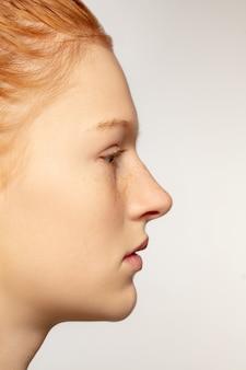 Portret van mooi kaukasisch vrouwelijk model close-up. delen van gezicht. schoonheid, mode, huidverzorging, cosmetica, wellness-concept. copyspace. verzorgde huid, frisse uitstraling, details.