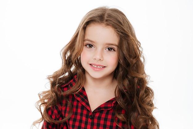 Portret van mooi krullend meisje in geruite overhemd