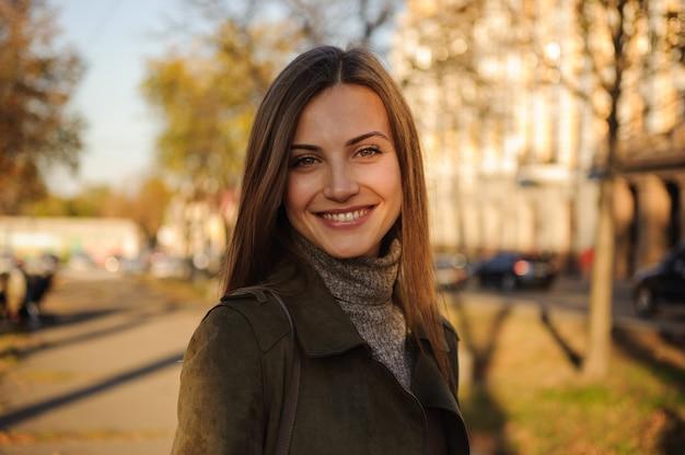 Portret van mooi lachende meisje in park.
