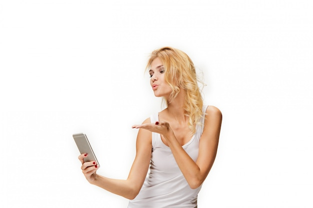 Portret van mooi lachende meisje met moderne telefoon