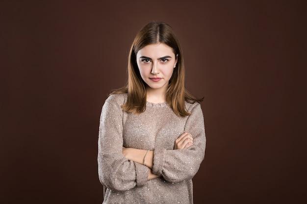 Portret van mooi meisje dat haar gezicht in ongenoegen fronst