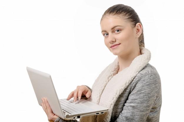 Portret van mooi meisje die laptop op witte achtergrond met behulp van