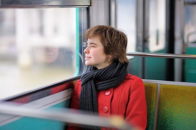 Portret van mooi meisje in parijse metro