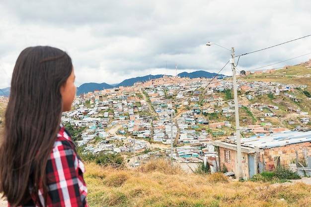 Portret van mooi meisje in sloppenwijk. slecht zuigelingenconcept.