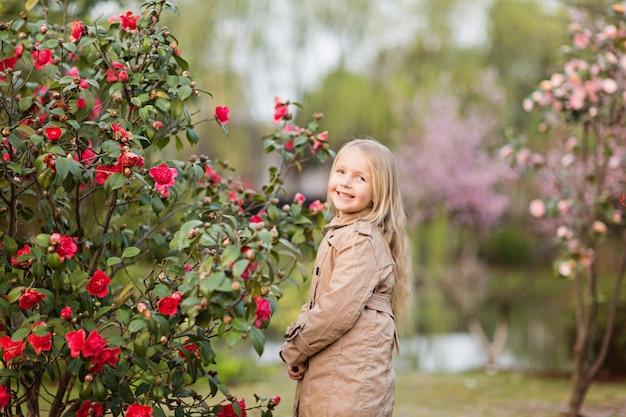 Portret van mooi meisje met bloeiende bloemen