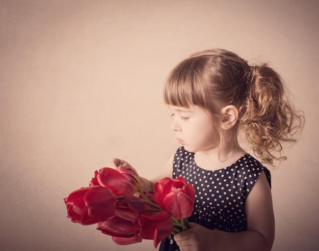 Portret van mooi meisje met bloem