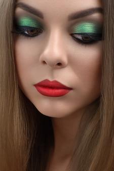 Portret van mooi meisje met felrode lippen make-up
