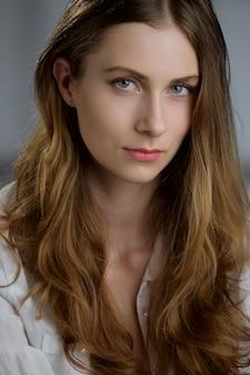 Portret van mooi meisje met lang krullend haar