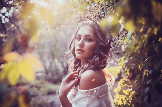 Portret van mooi meisje met magische ogen in jurk