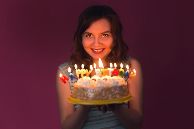 Portret van mooi meisje met verjaardagstaart op feestje