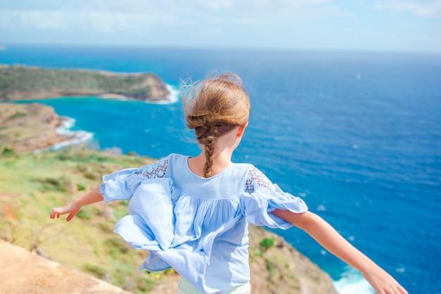 Portret van mooi meisje op strand het dansen