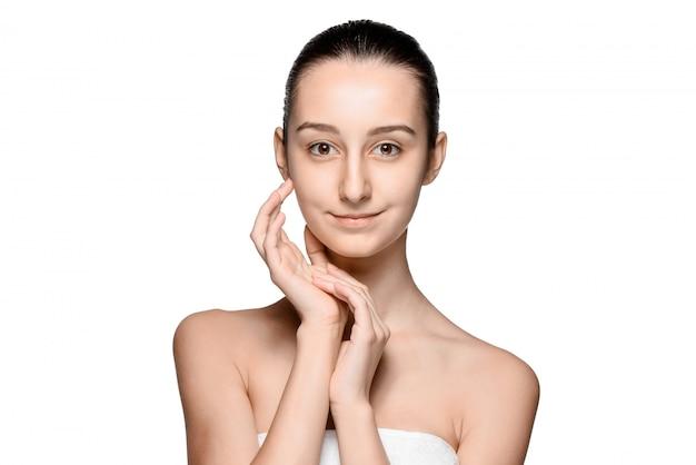 Portret van mooi meisje streelde haar gezicht met een gezonde huid