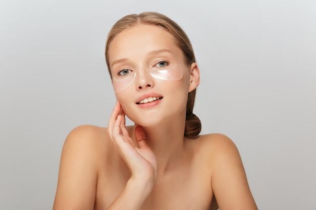 Portret van mooi meisje zonder make-up met transparante vlekken onder ogen