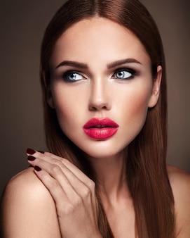 Portret van mooi meisjesmodel met avondmake-up en romantisch kapsel. rode lippen