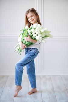 Portret van mooi mooi meisje met witte bloementulpen.