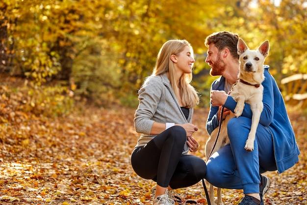 Portret van mooi paar in het bos, blanke man en vrouw die gaan kussen