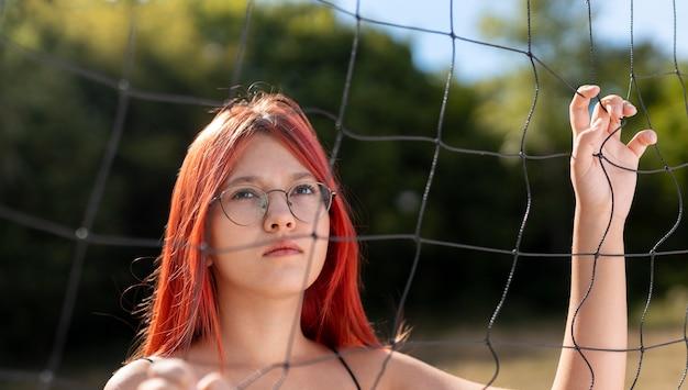 Portret van mooi roodharig meisje met bril