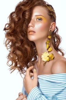 Portret van mooi roodharig meisje met felgekleurde kunstmake-up en krullen. mooi gezicht.