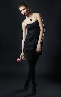 Portret van mooi sensueel vrouwelijk model met roos