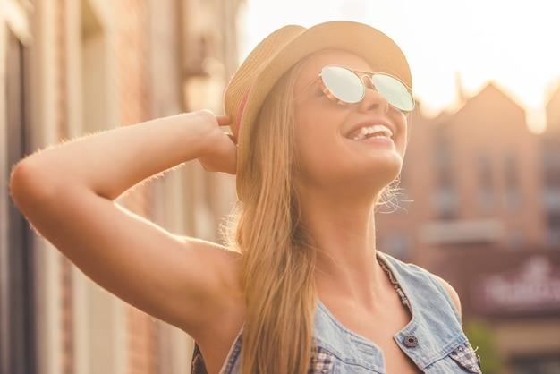 Portret van mooi stijlvol jong meisje in vrijetijdskleding