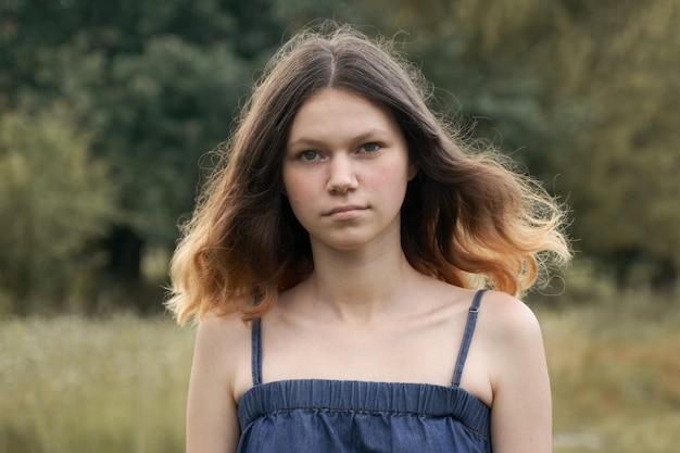 Portret van mooi tienermeisje 15 jaar oud, met bruin vliegend haar