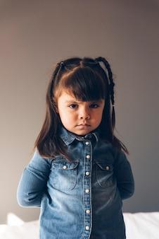 Portret van mooi verdrietig meisje thuis.