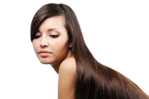 Portret van mooi vrij jong meisje met lange vlotte weelderige haren
