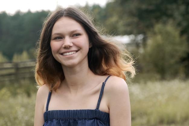 Portret van mooi vrolijk glimlachend oud tienermeisje 15 jaar