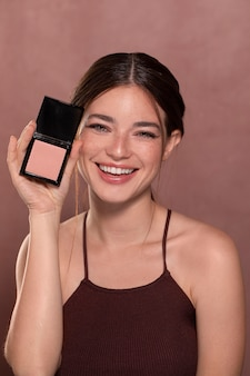 Portret van mooi vrouwelijk model met natuurlijke make-up