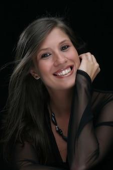 Portret van mooi vrouwelijk model op zwart