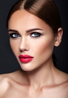 Portret van mooi vrouwenmodel met avondmake-up en romantisch kapsel.