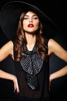 Portret van mooi vrouwenmodel met uitstekende kleren