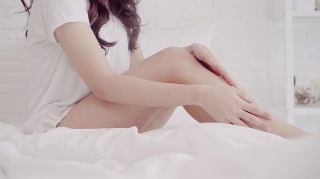 Portret van mooie aantrekkelijke sexy aziatische vrouw met perfecte huid die sexy modieus draagt