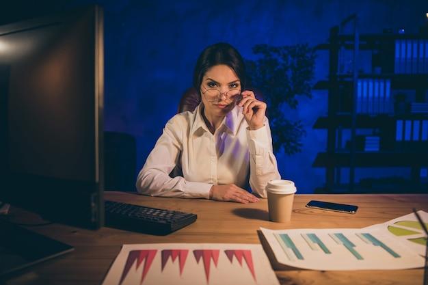 Portret van mooie aantrekkelijke slimme slimme intellectuele dame haai expert top ceo baas chief auditor afdeling voorbereiding investering ratio resultaat deadline nadat iedereen 's nachts donkere werkplek station verliet